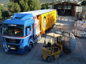 Un des camions de Mestre Raposa pour le transport de fenêtres et portes vers la France