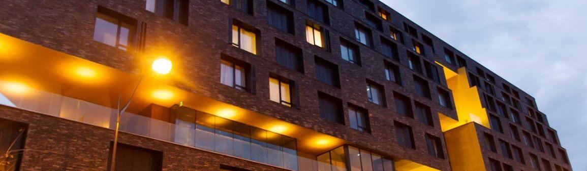 Bâtiment moderne avec lumiéres à Paris France