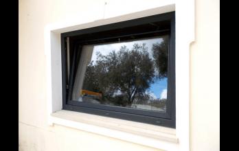 Fenêtre en PVC à soufflet gris