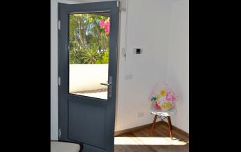 Porte d'entrée en bois gris simple