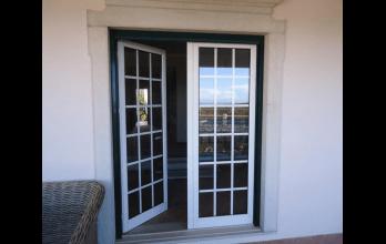 Porte-fenêtre en PVC blanc avec croissillons