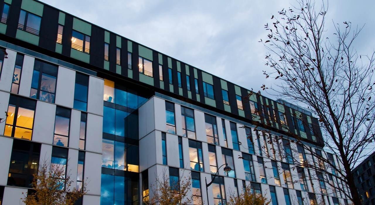 Fenêtres et portes-fenêtres en bâtiment moderne à Paris