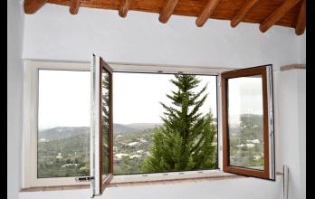 Fenêtre en PVC avec deux côtés différents : finition de imitation bois à l'extérieur et finition en blanc à l'intérieur