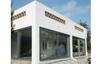 Grande baie vitrée coulissante et levante en PVC