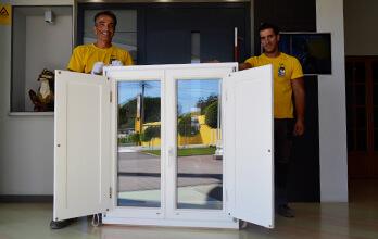 Fenêtre bois double vitrage blanche avec volets battants extérieurs