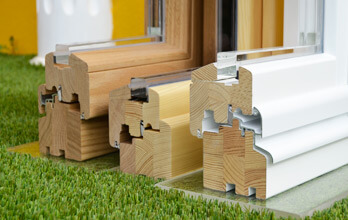 Trois profils de fenêtres bois en pin nordique, en chêne et mixte en pin-chêne