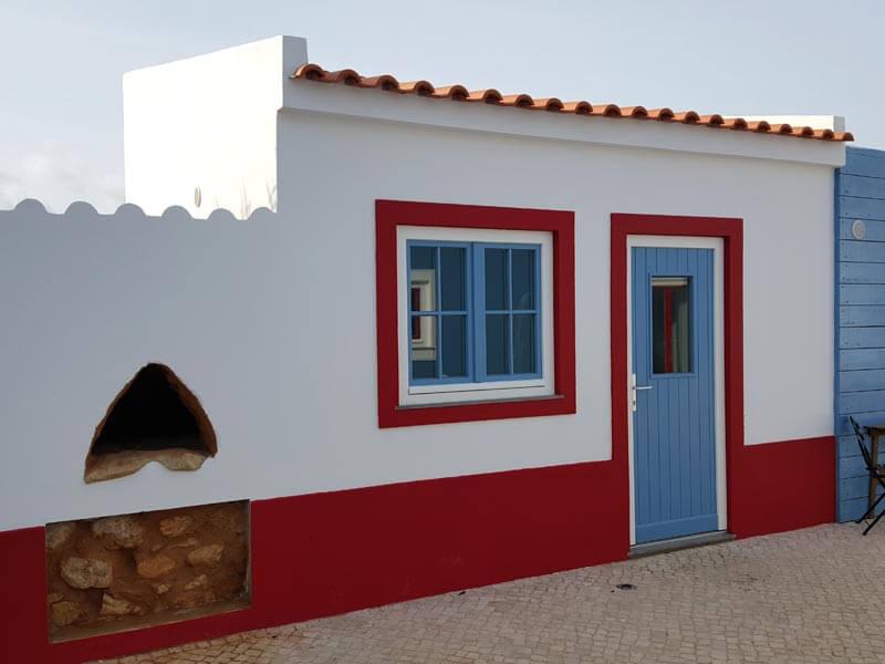 Porte d'entrée simples bleu et fenêtre avec crossillons bleu en bois
