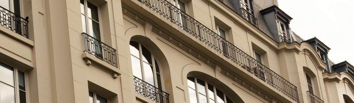 Fenêtres en bâtiment historique à Paris - France