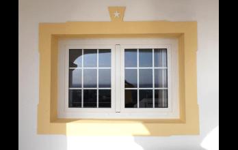 Fenêtre bois-alu blanche avec croissilons