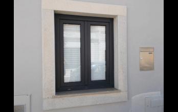 Fenêtre bois-alu battante noire