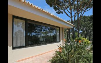 Fenêtre bois-alu noir d'ouverture à la française