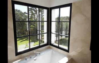 Fenêtre en bois noir avec croissilons