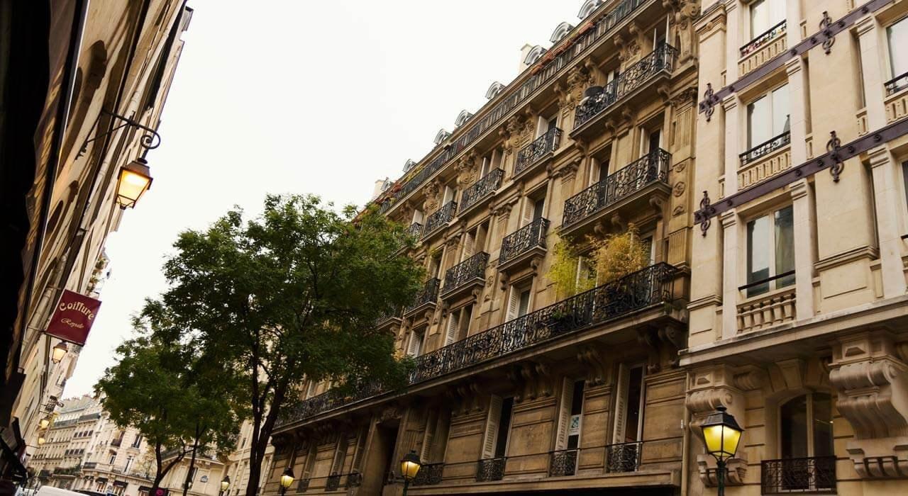 Fenêtres en bâtiments classiques dans une rue de Paris