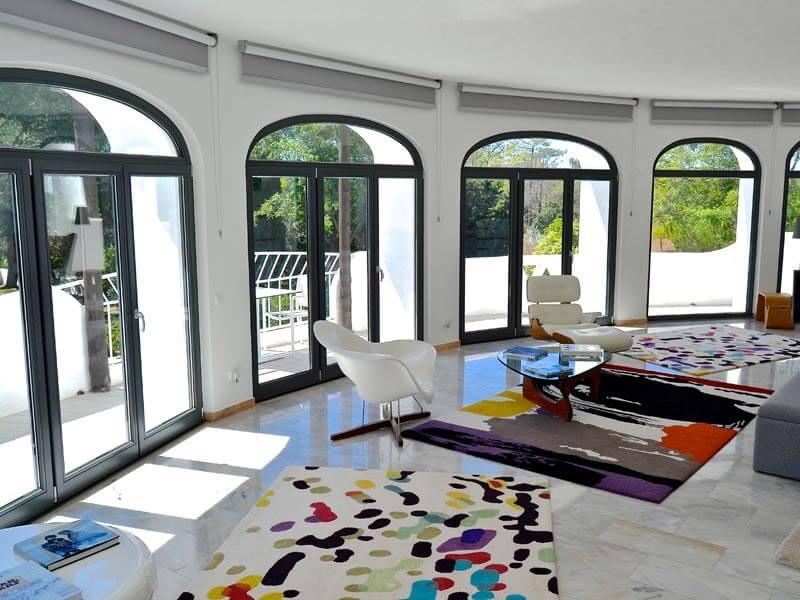 Sale avec plusieurs portes-fenêtre en arc en bois grise anthracite