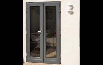 Porte-fenêtre en bois grise