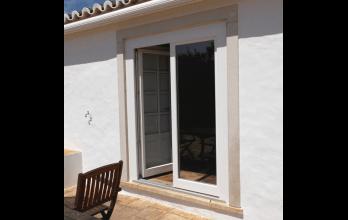 Porte-fenêtre en bois blanche