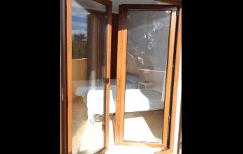 Porte-fenêtre en PVC imitation bois