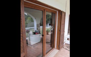Baie vitrée d'ouverture à la française en bois naturel