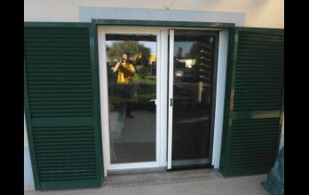 Volet battant en alu vert en baie vitrée