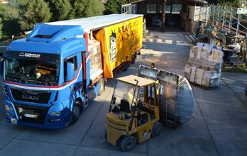 Le camion de Mestre Raposa prêt à partir vers la France avec des fenêtres pour nos clients