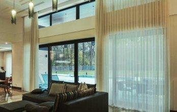 Grande baie vitrée en bois couleur gris anthracite