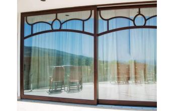 Baie vitrée en bois avec vitrage decorée