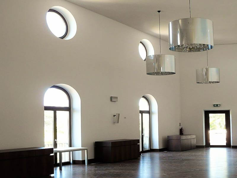 Portes-fenêtres cintrées et fenêtres fixes rondes dans la nouvelle aille de l'hôtel du Palais d'Estoi