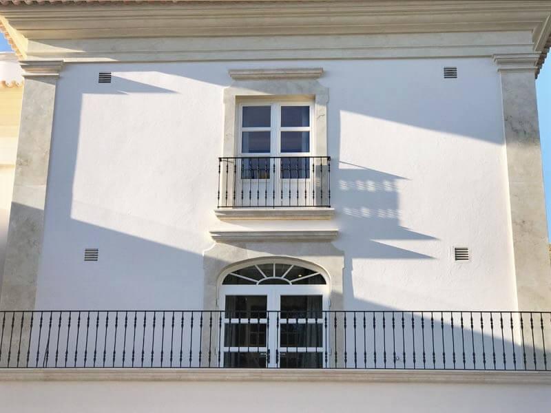 Portes-fenêtre standard et porte-fenêtre cintrée en bois blanc avec croisillons