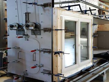 Fenêtre bois MR-IV 78 dans la chambre de tests pour obtenir la cértification, vue latéral