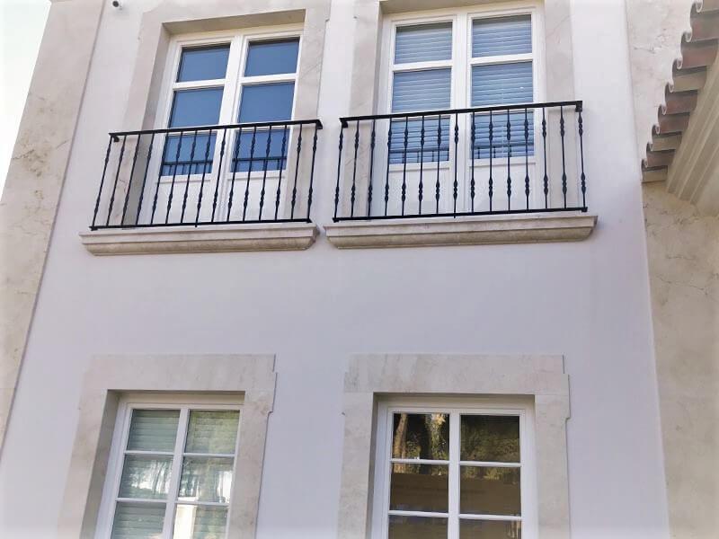 Fenêtres et portes-fenêtres standard en bois blanc avec croisillons sur la façade de la maison