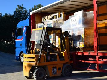 Le camion de Mestre Raposa en train d'être chargez avec des fenêtres pour nos clients en France