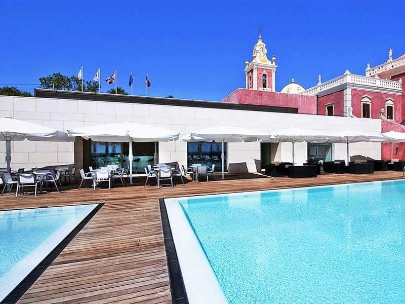 Vue lateral de la nouvelle aille et piscine de l'hôtel du Palais d'Estoi
