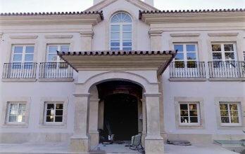Fenêtres et portes-fenêtres en bois blanc avec croisillons sur la façade de la maison